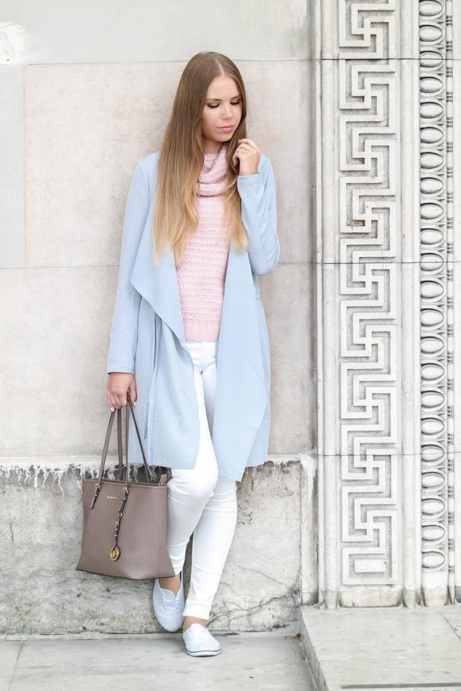 TheRubinRose-München Modeblog-weiße Sneaker-weiße Jeans-rosa Pullover-Wasserfallmantel