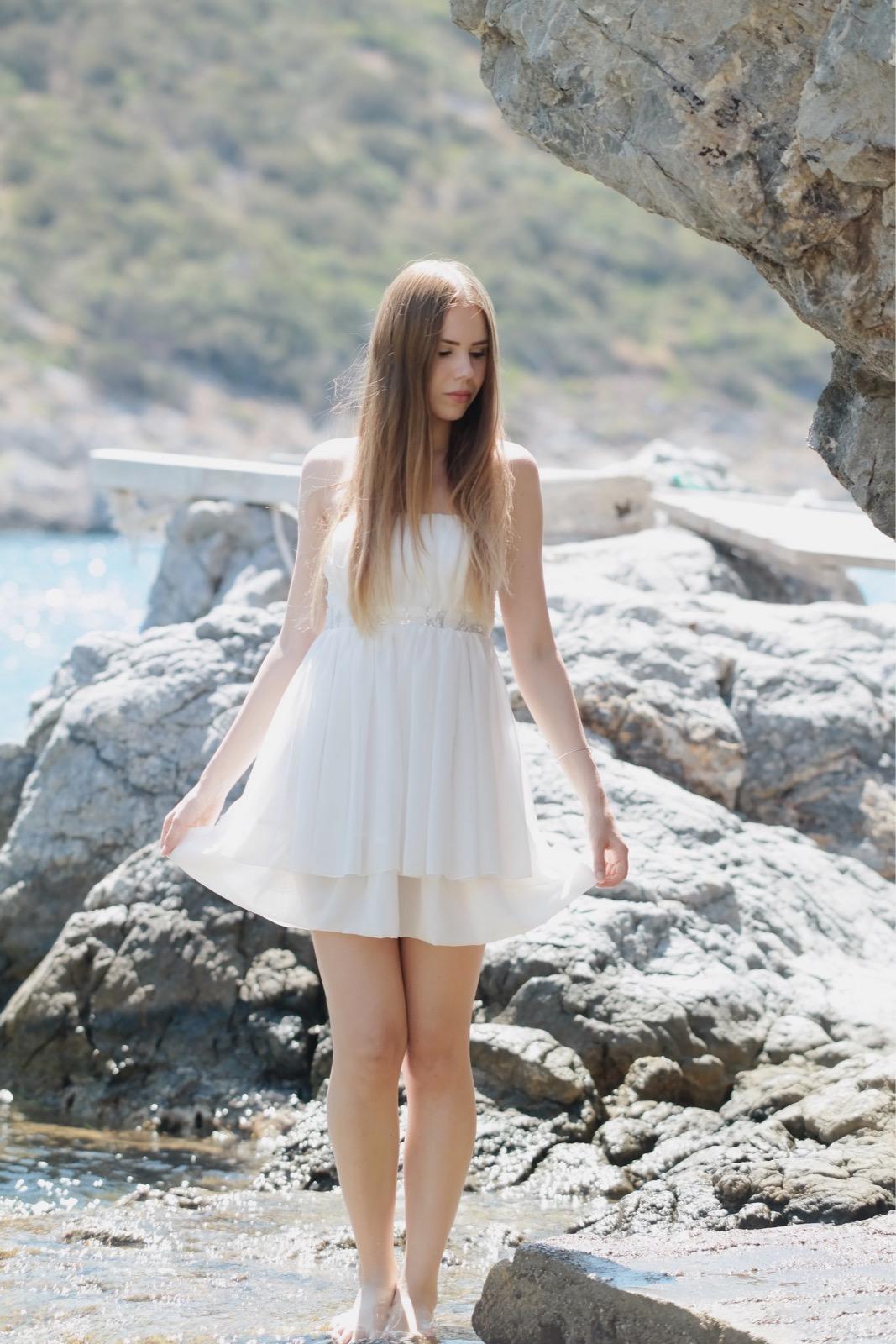 TheRubinRose-München Modeblog-München-München Fashionblog-Fashionblog-weiße Kleid-Elfenkleid-Urlaub-Griechenland-Samos-Strand-Meer-Bucht-Instagram