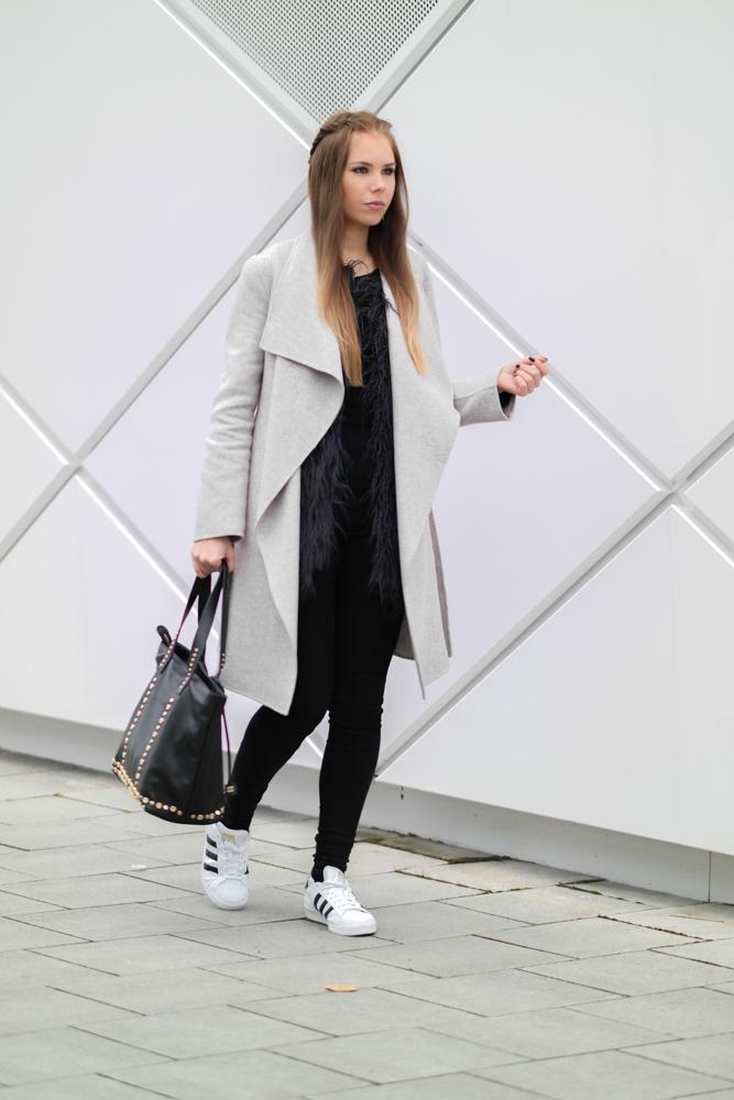 TheRubinRose-Blog München-Modeblog München-München Modeblog-Fashionblog München-Modeblog-Fashionblog-Deutschland-Trend-Hype-Adidas Superstar-Adidas-Zara-langer Mantel-Wasserfallkragen-grauer-Mantel mit Wasserfallkragen-graue-Kunstfellweste-Asos-Coccinelle-Coccinelle Tasche-schwarze Jeans-Dr. Denim-lila Lippenstift-Chanel-Chanel Lippenstift