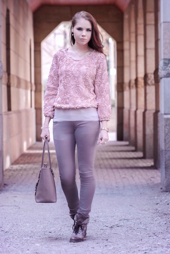 TheRubinRose-München Modeblog-Fashionblog-Lookbookstore-Pullover-Rosen-Sweater-Buffalo Schuhe-Stiefelletten-Boots-romatischer Look-Rosenaufdruck-taupe-Michael Kors Tasche-MC Tasche