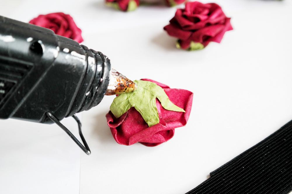 therubinrose-blog-münchen-beauty-diy-Rosenkranz-Blumenkranz-Rosenkrone-Rosen-rote Rosen-selber machen-einfach-selbst machen-selbst basteln-basteln-kleben-Rosenköpfe-Blüten-Portrait-Blogname-rote Rosen