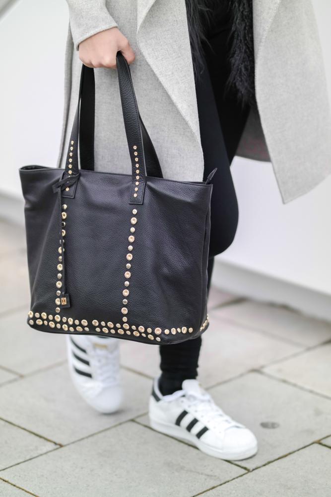 TheRubinRose-München Modeblog-Fashionblog München-Modeblog-Fashionblog-Deutschland-Trend-Hype-Adidas Superstar-Adidas-Zara-langer Mantel-Wasserfallkragen-grauer-Mantel mit Wasserfallkragen-graue-Kunstfellweste-Asos-Coccinelle-Coccinelle Tasche-schwarze Jeans-Dr. Denim-lila Lippenstift-Chanel-Chanel Lippenstift