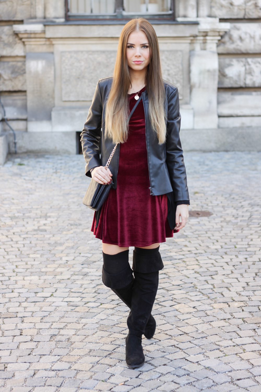 Rotes kleid mit schwarzer lederjacke