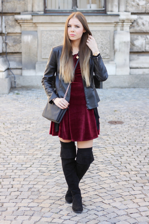 TheRubinRose-Weihnachten-Modeblog München-Fashionblog München-Deutschland-Weihnachten-Weihnachtsoutfit-rotes Samtkleid-Samtkleid-Lederjacke-Tiffany-Schmuck-Overknees-Stiefel