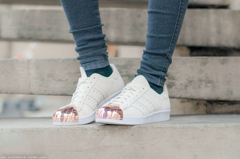 TheRubinRose-Adidas Superstar rosegold-Fashionblog München-Modeblog München-München-Munich-Deutschland-Germany-Fraas-Poncho-beiger Poncho-Adidas Superstar-rosé Kappe-Stylelounge-Outfit-Look