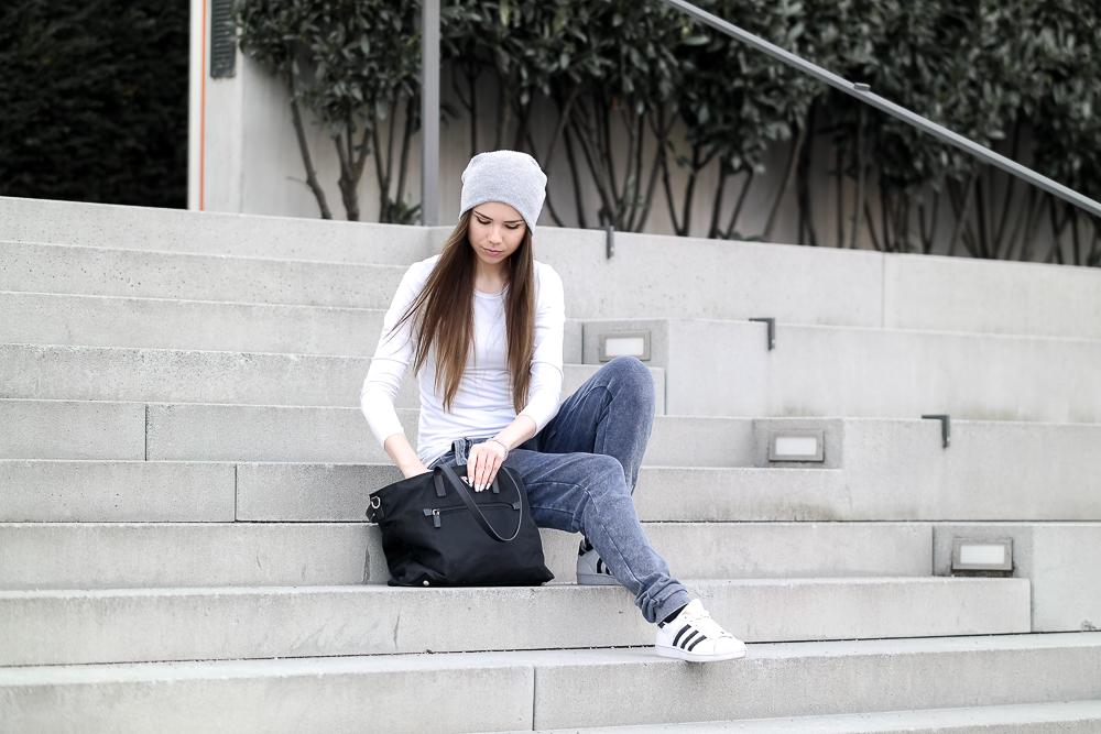 TheRubinRose-Fashionblog München-Modeblog München-Deutschland-Onepiece-Pullover-Hose-Streetstyle-Style-lässig-blaue Jogginhose-grauer Hoodie-Kaputzenpullover-Prada Tasche