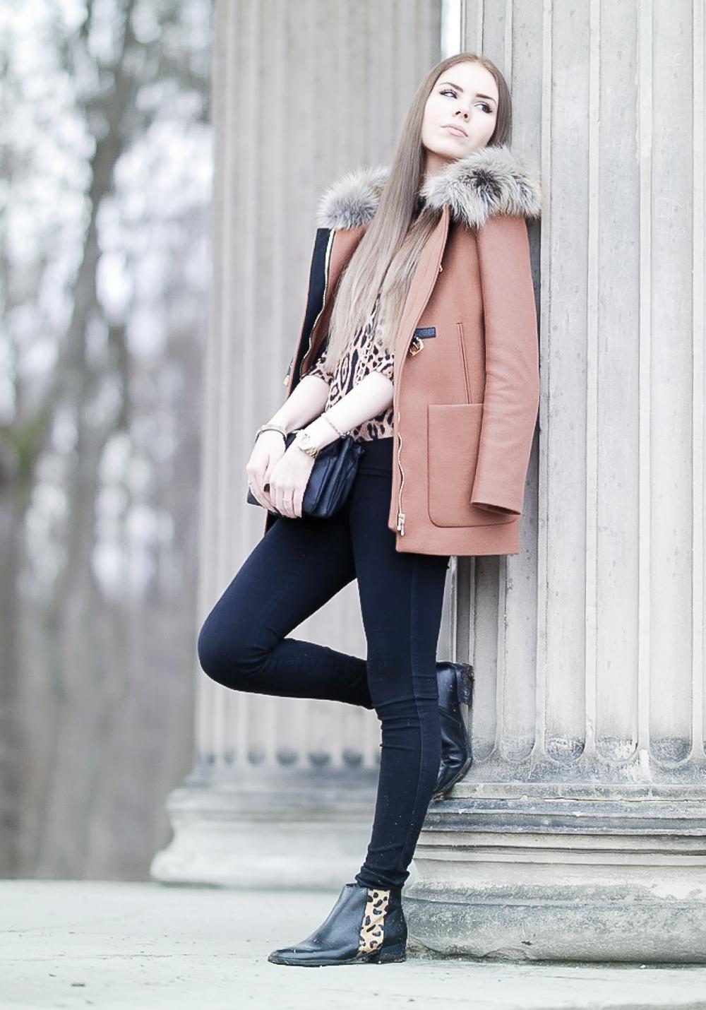 TheRubinRose-Fashionblog München-Modeblog München-Fashionblog-Modeblog-Zara Mantel-Fashionblogger-Modeblogger-Camel Mantel-Camel Coat-Leo Print-Leo Muster-Leo-Hallhuber Sweater-Hallhuber Pullover-schwarze Jeans-kleine Tasche-Leo Schuhe-Stiefelletten-schwarz-Camel-warme Brauntöne