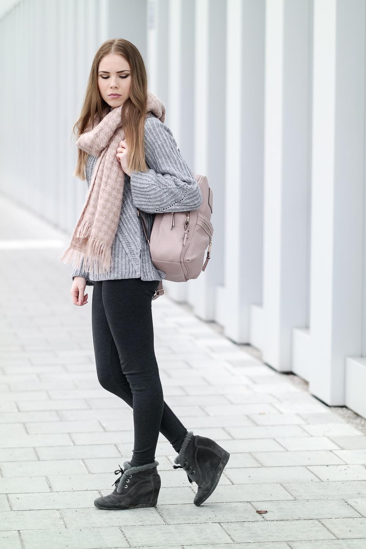 TheRubinRose-Fashionblog München-Modeblog München-Fashionblog-Modeblog-Inhorgenta-Inhorgenta Schmuckmesse-Inhorgenta München-Inhorgenta München 2016-München-Munich-Trompetenärmel-Pullover mit Trompetenärmel-Asos Sweater-Asos Pullover-grauer Pullover-Buffalo Boots-rosa Schal-rosa Rucksack-Rucksack Accessorize-Accessorize