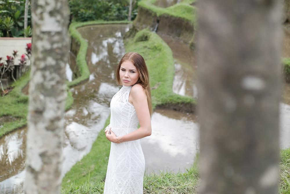 Bauch einziehen weißes Kleid Outtake
