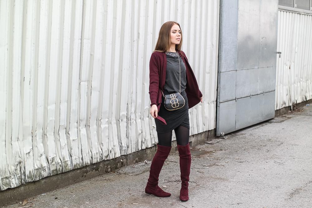 Fail drehen dunkelrotes Outfit mit Overknees
