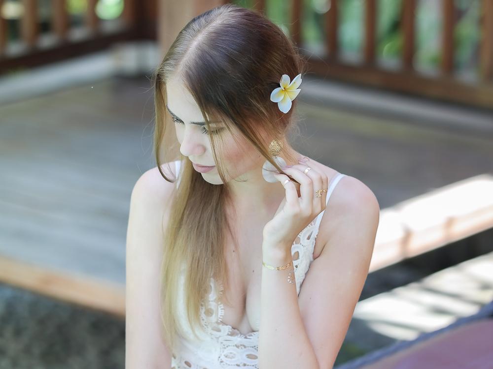 Spitzenkleid Blume im Haar