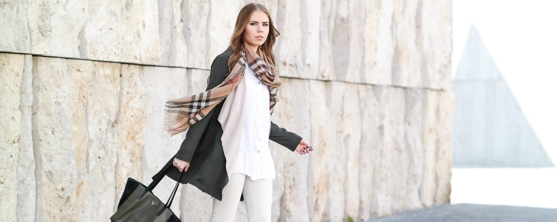 khaki Trenchcoat weiße Bluse-Burberry Schal