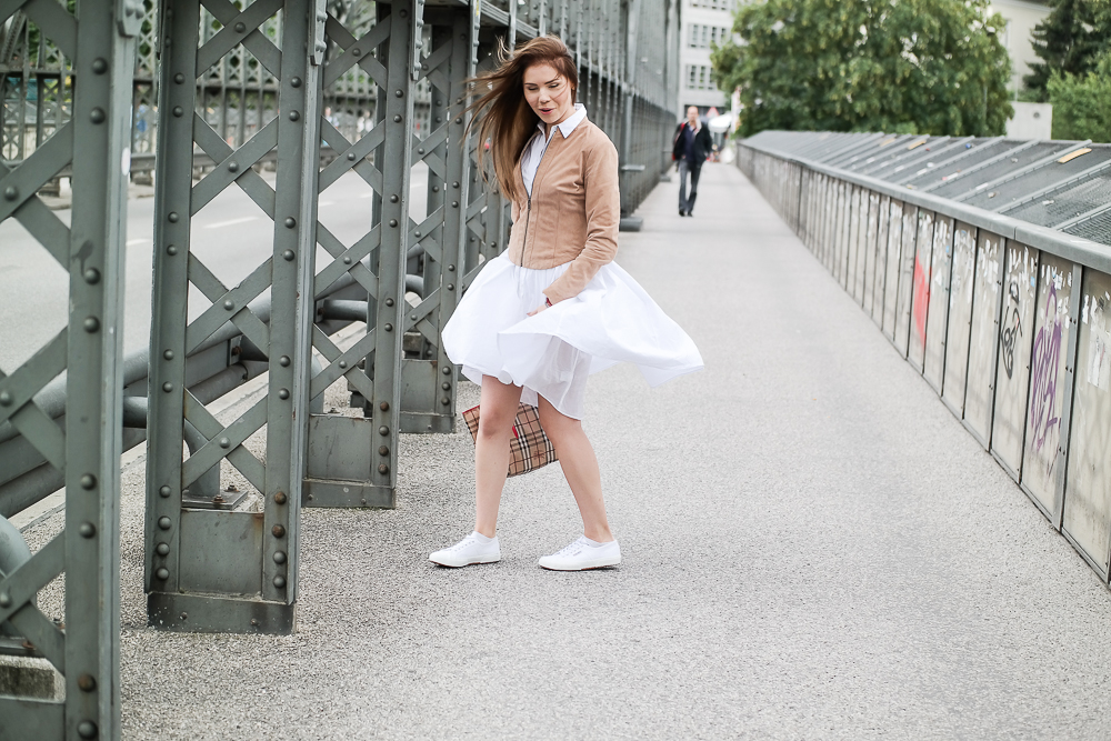 windig-Kleid weht hoch