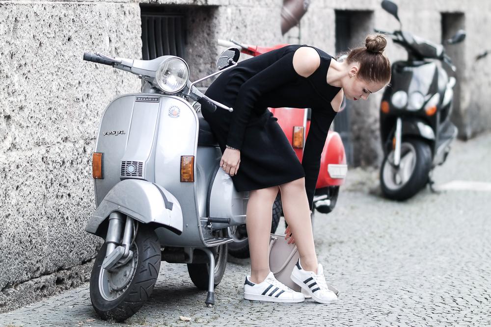 schwarzes Kleid mit Adidas Superstar