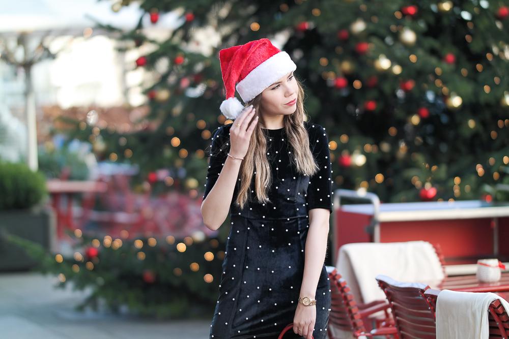 Heilig Abend Outfit Look festlich schwarzes Kleid mit kleinen weißen Perlen