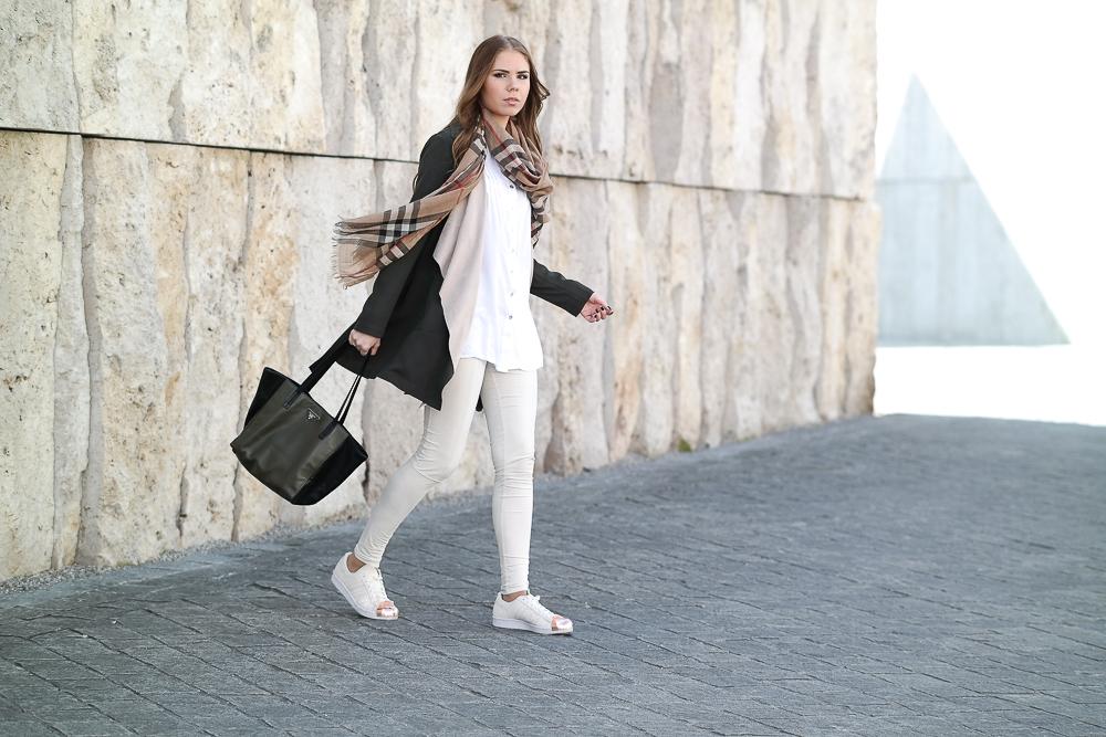 Khaki-Trenchcoat-Wildleder-Leggins-Adidas-Superstar-rosegold-weiße-Bluse-beige-Weste-Locken-Outfit-Video-Wasserfall-Kragen