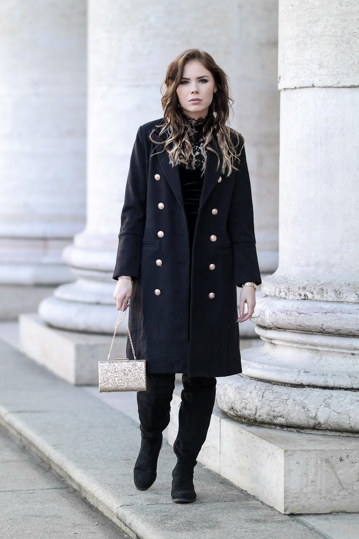 Neujahr-Party-Look-schwarzer-Mantel-goldene-Accessoires-Overknee-Stiefel