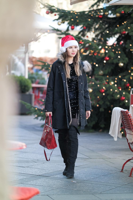 Schwarzer Parka mit Fake Fur Kunstpelz Weihnachtsmarkt rote Mollerus Tasche Overknee hohe Stiefel Modeblog München