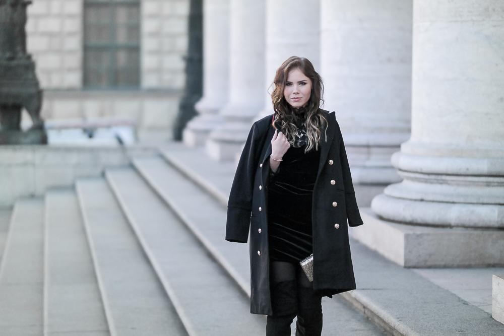 Silvester-Look-Halbkörper-Aufnahme-schwarzes-Minikleid-Stifel-Mante