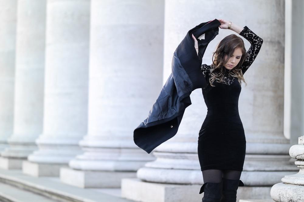 Silvester-Outfit-2016-schwarzes-Partykleid-Samt-goldene-Accessoires-Clutch-Overknees-Spitzenoberteil-Locken-Neujahr-Inspirationen-Look-Modeblog-München-Party-Style