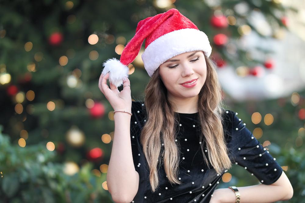 weihnachtslook-weihnachten-schwarzes-samt-kleid-mit-perlen-rote-Nikolaus-Mütze-roter-Lippenstift