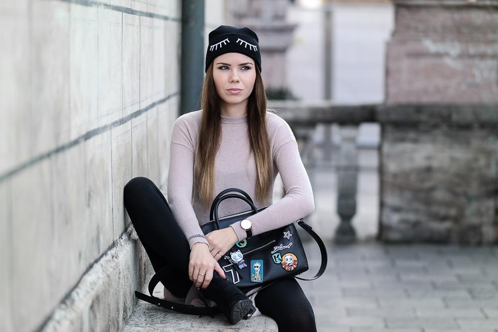 Langer-Kaschmir-Pullover-rosa-HM-Fashion-Blog-München-schwarze-Beanie-mit-Wimpern-schwarze-Leggings-Patches-Tasche-Karl-Lagerfeld-Stiefeletten