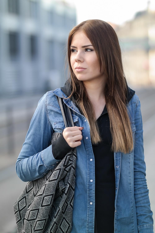 Onepiece-Jumpsuit-Slim-Schlank-Schmal-Schwarz-Alltag-Streetstyle-Denim-Jacke-Modeblog-München-Outfit-Look-Halbkörpe