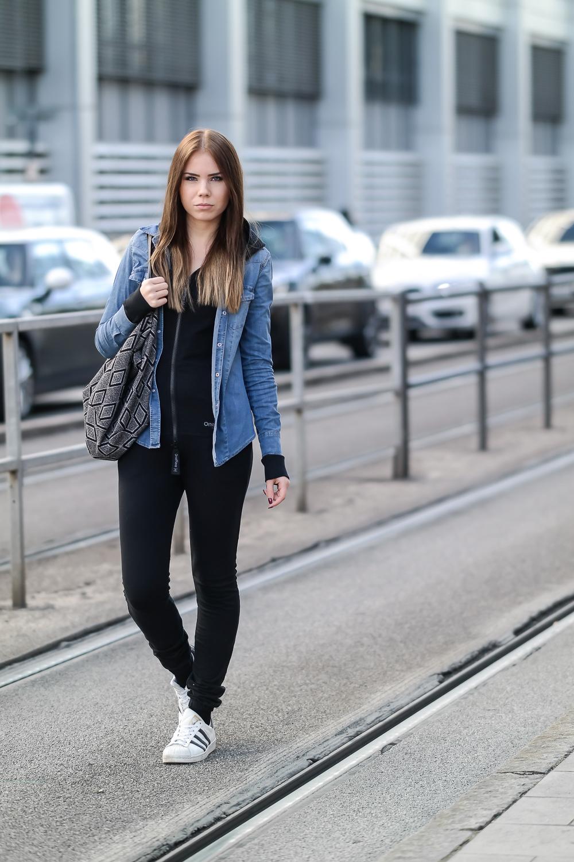 Onepiece-Jumpsuit-Slim-Schlank-Schmal-Schwarz-Alltag-Streetstyle-Jeansbluse-Denim-Adidas-Sneaker-Ganzkörper