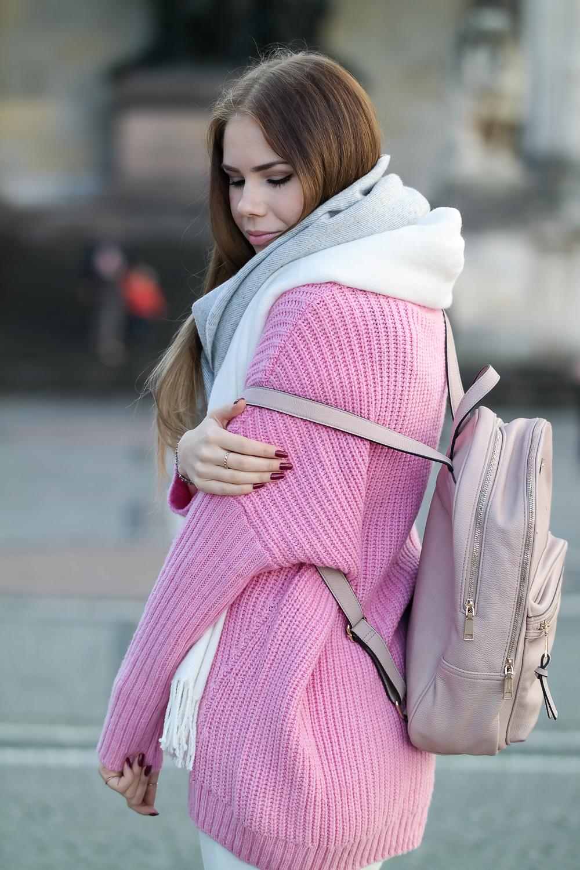 Pinker-Pullover-Strickpullover-HM-Modeblog-München-Fashion-Blog-rosa-Rucksack-oversize-Schal-seitlich