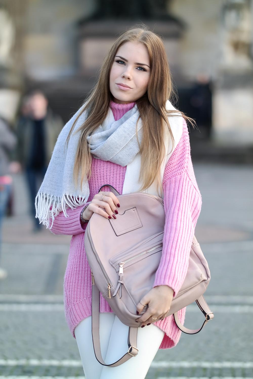 Pinker-Pullover-Strickpullover-HM-weiße-Jeans-Monki-Modeblog-München-Fashion-Blog-rosa-Rucksack-Accessorize-oversize-Schal