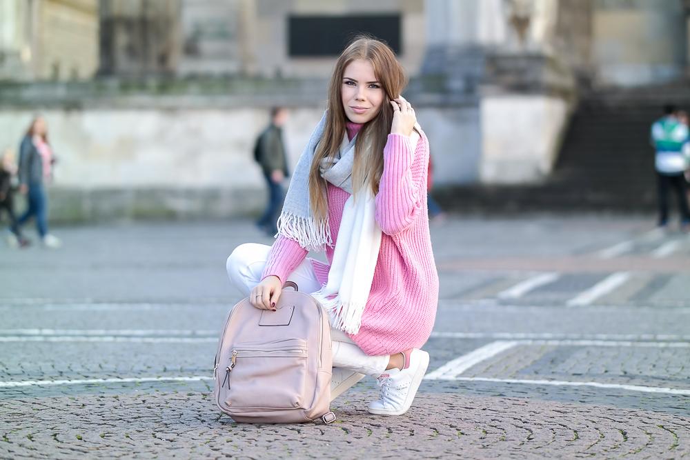 Pinker-Pullover-Strickpullover-HM-weiße-Jeans-Monki-Adidas-Stan-Smith-weiße-Sneaker-Modeblog-München-Fashion-Blog-rosa-Rucksack-oversize-Schal-Sweater