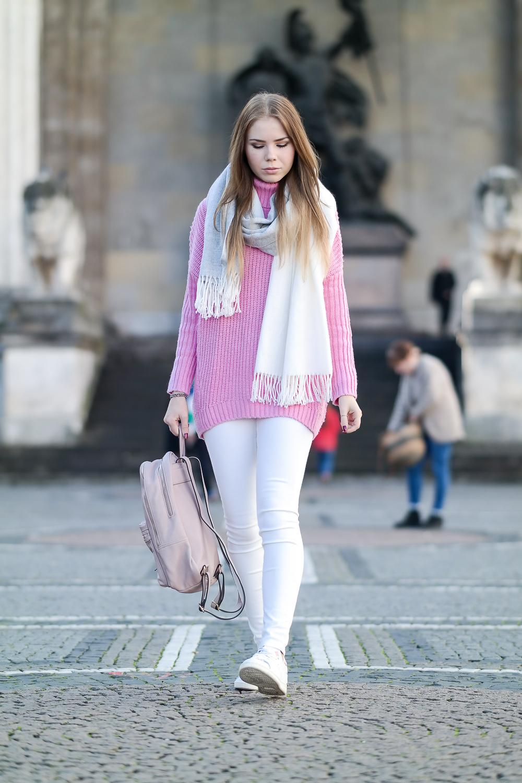 Pinker-Pullover-Strickpullover-HM-weiße-Jeans-Monki-Adidas-Stan-Smith-weiße-Sneaker-Modeblog-München-Fashion-Blog-rosa-Rucksack-oversize-Schal