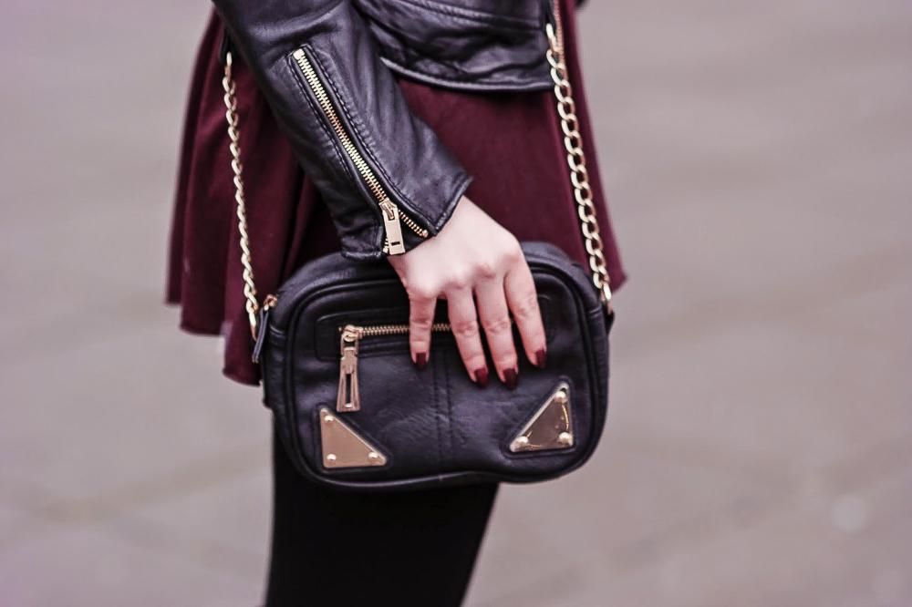 Schwarze-kleine-Tasche-goldene-Details-Burgundy-Leather-Bordeaux-farbenes-Oberteil-schwarzer-Hut-Taillengürtel-Statement-Kette