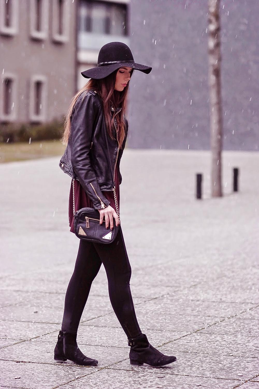 Streetstyle-Burgundy-Leather-Bordeaux-farbenes-Oberteil-schwarzer-Hut-Taillengürtel-Statement-Kette