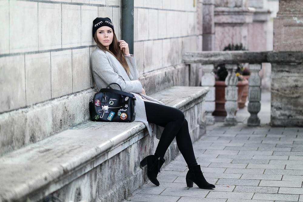 Winter-Outfit-Kaschmir-Pullover-grauer-Zara-Mantel-Patches-Tasche-Karl-Lagerfeld-schwarze-Leggings-Stiefeletten