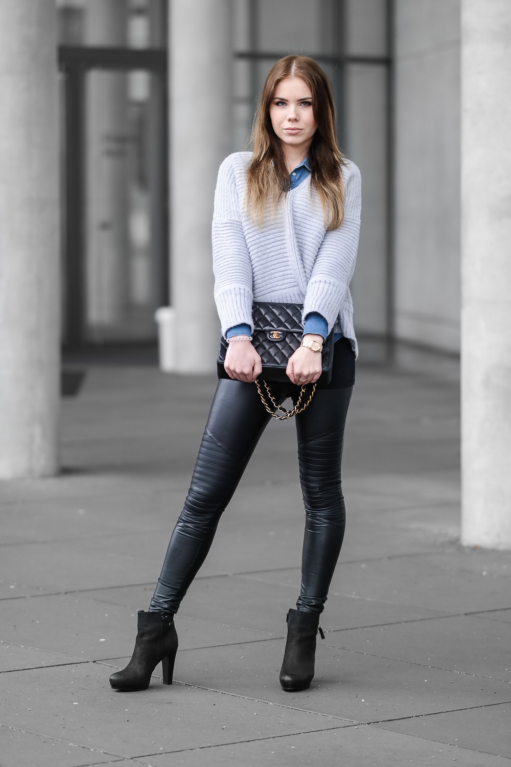 Casual-Streetstyle-Look-oversize-Sweater-Denim-Bluse-Fake-Leder-Leggings-Hohe-Stiefeletten-Chanel-Bag