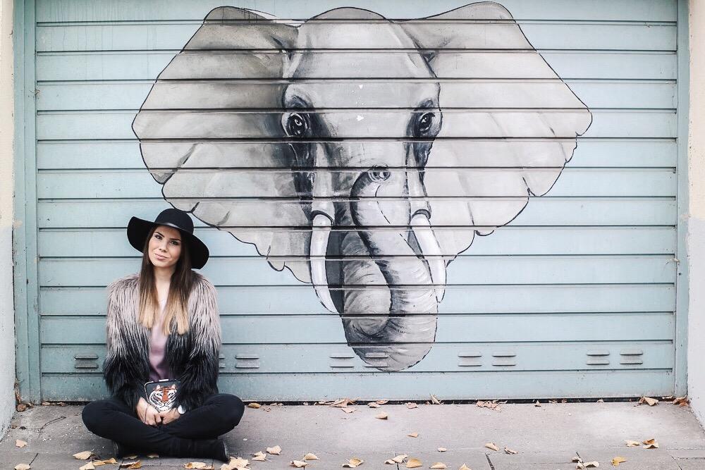 Fake-Fur-Jacke-Kunstfell-Jacke-Kunstpelz-schwarzer-Hut-Tasche-mit-Tigerkopf-Elefanten-Graffiti-Fashion-Blog-München