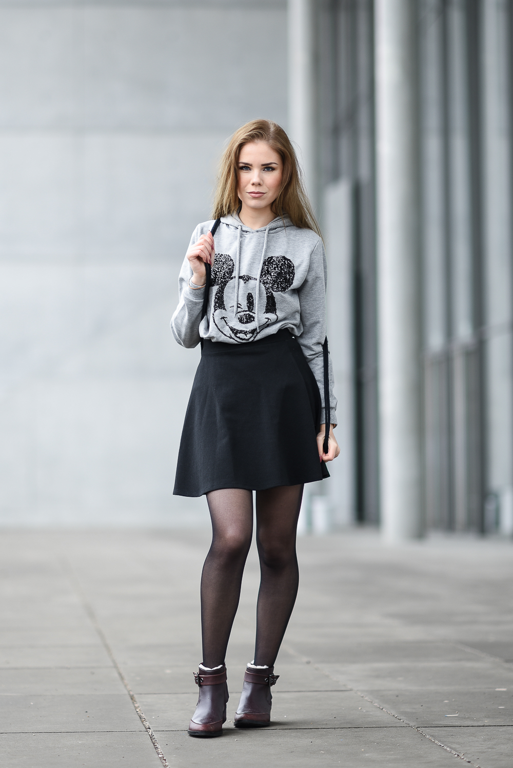 Mickey Mouse Sweater-Pullover-Pulli-Kleidung-Comic Print-schwarzer Skaterrock-dunkelrote Chelsea Boots EMU