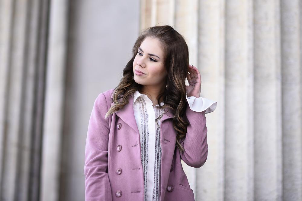 Valentinstag Look Outfit-mädchenhaft-romantisch-rosa Mantel Schösschen-Rüschen-weiße Bluse-Locken-lockige Haare-hohe Schuhe-High Heels-Make-up-Haare