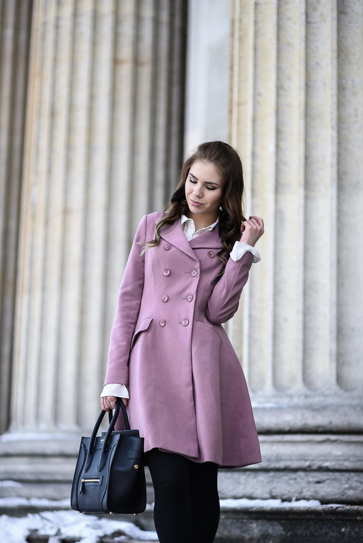 Valentinstag Look Outfit-mädchenhaft-romantisch-rosa Mantel Schösschen-Rüschen-weiße Bluse-Locken-lockige Haare-hohe Schuhe-High Heels-Mantel geschlossen-Celine Tasche