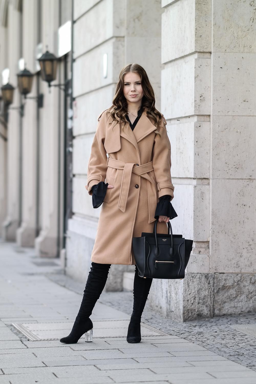 Beiger-Mantel-Loavies-Trompetenärmel-Bluse-Overknee-Stiefel-Celine-Tasche-Nur-Die-Strumpfhose-Wie-eine-zweite-Haut-Amber