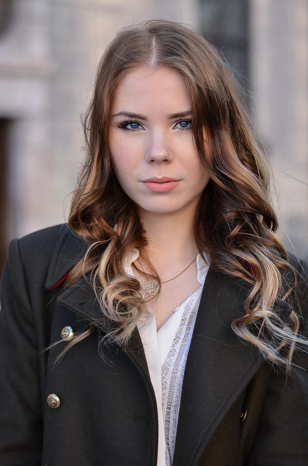Detailbild-Portrait-Fashionblogger-Locken-Military Jacke-khaki-Zara