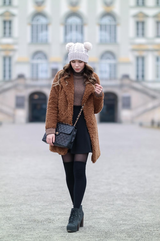 Mütze-mit-zwei-Bommeln-Teddy-Fleece-Jacke-Damen-Chanel-Tasche-Rock-Pullover-Stiefeletten-Strumpfhose-Figura-schwarz-25-den