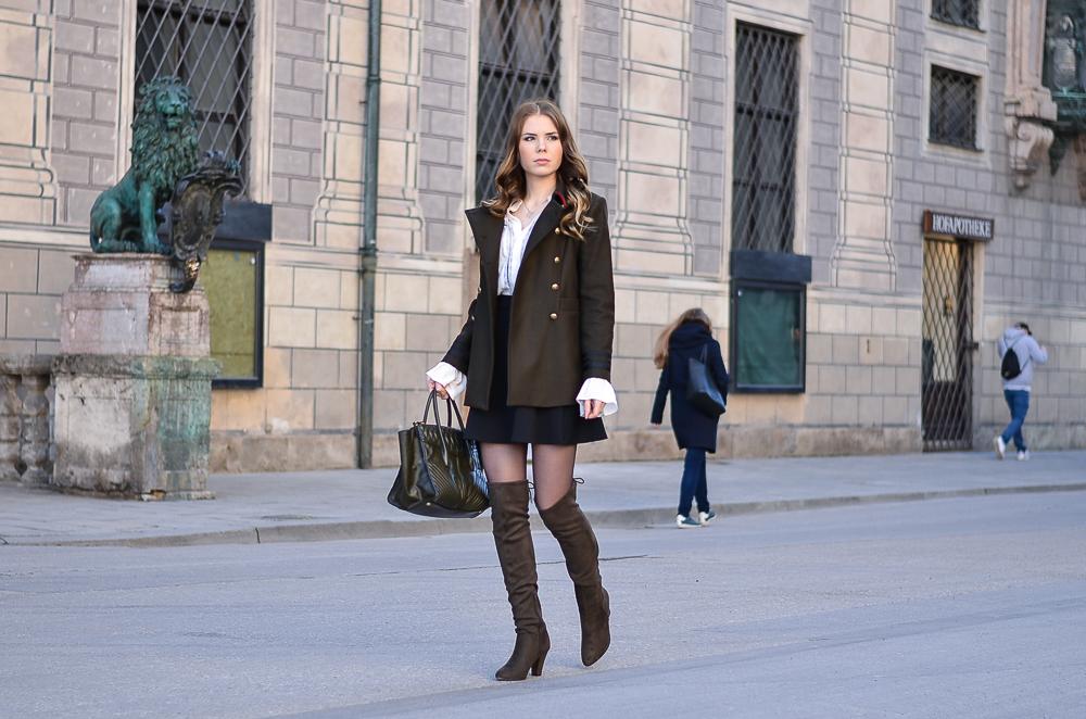 Military Look-Outfit-Jacke-Jacket-NUR DIE-Strumpfhose-Elegant & Sicher 20 den schwarz-weiße Bluse-Trompetenärmel-khaki-Overknees-Miu Miu Tasche