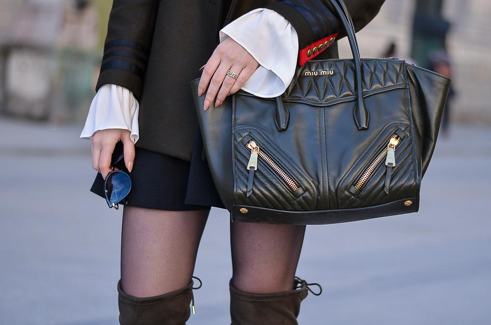 Miu Miu Tasche-Handtasche-Khaki-Gold-Trompetenärmel Bluse weiß-Skaterrock-Sonnenbrille-Overknees-NUR DIE Strumphose schwarz Elegant & Sicher 20 den