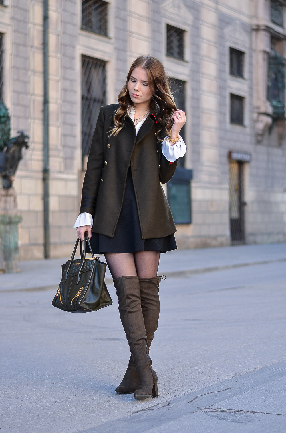 Outfit-Militärjacke-Military Look-khaki-Miu Miu Damen Tasche-Overknees mit Absatz-Modeblog München