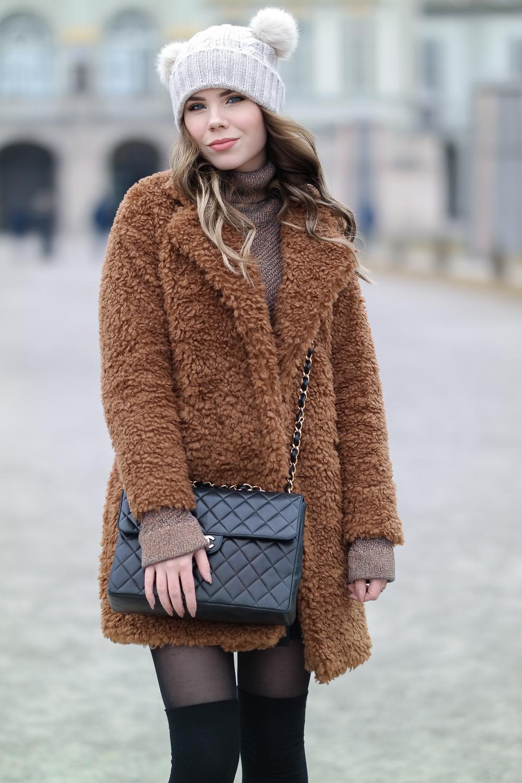 Teddy-Jacke-Chanel-Double-Flap-Bag-Bommelmütze-Strümpfe-Overknee