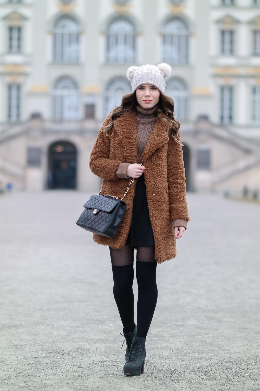 Teddy-Mantel-Bommelmütze-Chanel-Tasche-Strümpfe-Nur-Die-Figura-schwarz-25-den