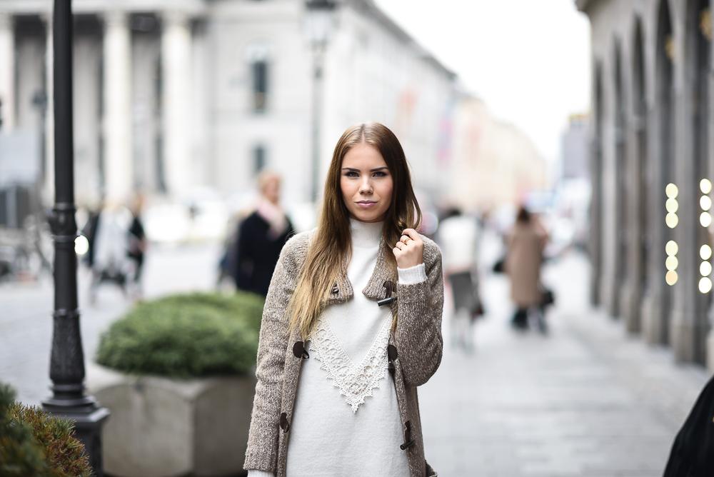 Wollkleid-Mini Kleid-Wolle-Spitze-Detailbild-Strickcardigan-Cashmere-Bogner Tasche-Fashion Blog München-Strumpfhose