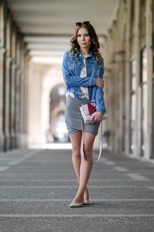 Barcelona-Travel-Outfit-Modebloggerin-Streetstyle-Denim-Jacke-Rock-Ballerina-Guess-Handtasche
